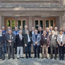 Gruppenbild von Alumnae und Alumni vor einem historischen Gebäude bei einem Alumni-Treffen